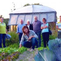 Die Nererreters in ihrem Bio-Garten mit interessierten Besuchern